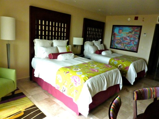 CasaMagna Marriott Puerto Vallarta Resort & Spa: Guest room with two queen sized beds.  Marble floors a nice touch.