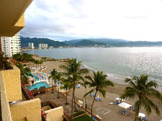 CasaMagna Marriott Puerto Vallarta Resort & Spa: A friend upgraded to an oceanfront room--room was the same, but balcony larger and view great.