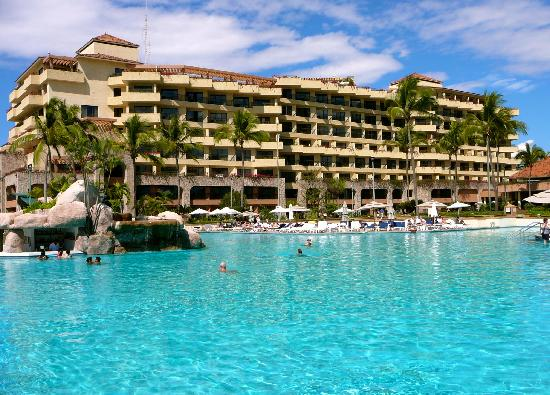 CasaMagna Marriott Puerto Vallarta Resort & Spa: The pool here is just huge, with nice ocean views and a swim-up bar.