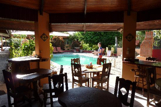 Dos Palmas Country Inn La Garita: Ontbijten bij het zwembad