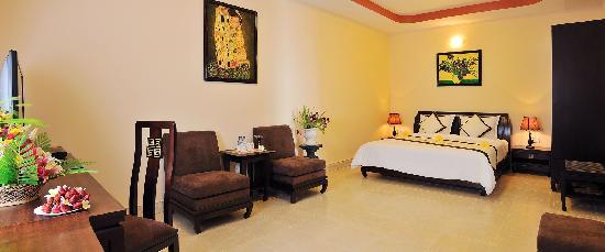 Swiss Village Resort & Spa: Double Bedroom