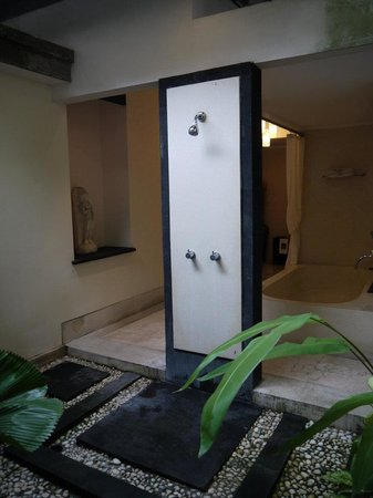 The Buah Bali Villas: Outdoor shower