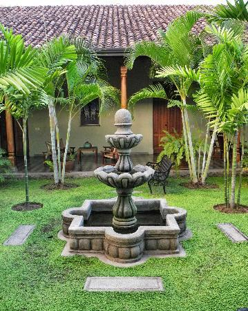 Backpackers Inn: main courtyard