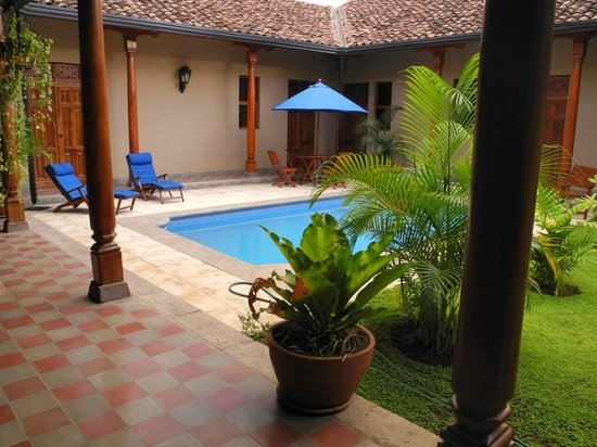 Backpackers Inn: back courtyard