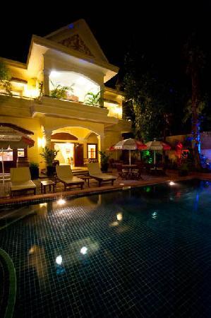 Splash Inn: Pool by night