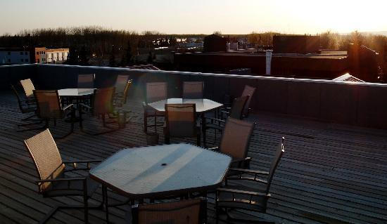 Executive House Suites Hotel & Conference Centre: Close to Midnight on the roof-top patio