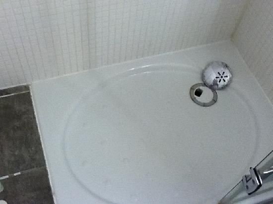 Campanile Roissy - Le Mesnil Amelot : Dirty bathroom with grout coming off in places