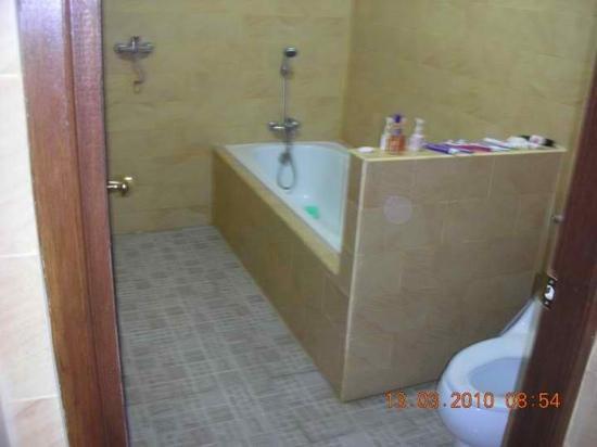 Suriwathi Beach Hotel: the bathtub