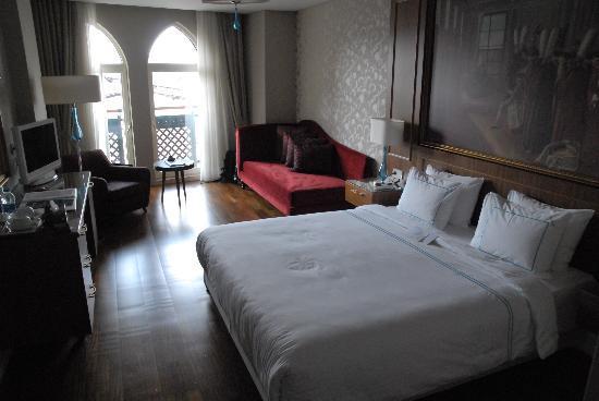 Neorion Hotel: Chambre donnant sur la rue