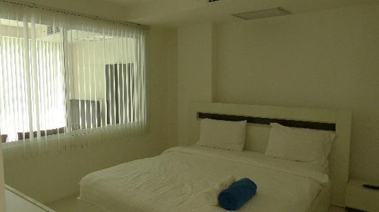 Sunset Plaza: average bedroom