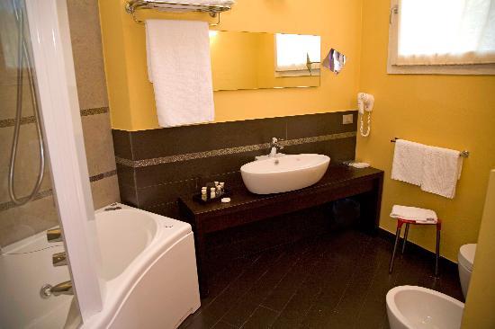 bagno con vasca idromassaggio - Foto di Bajaloglia Resort ...