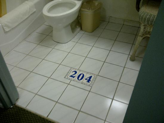 Days Inn Santa Monica: Room number in the bathroom floor