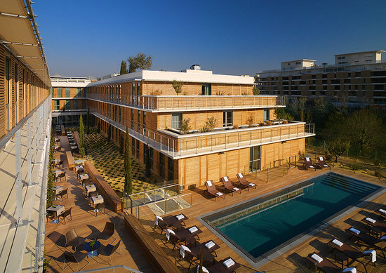 Courtyard by Marriott Montpellier: Hotel Exterior and Pool