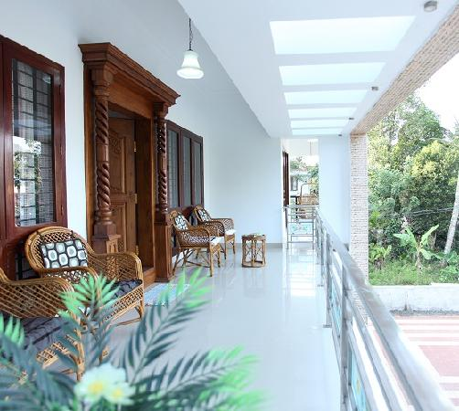 Periyar Villa Home Stay: out side