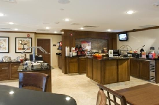 Staybridge Suites Milwaukee Airport South: Breakfast and The Social