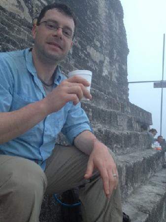 Black Rock Lodge: They bring coffee for the sunrise tour! Watching the sunrise at the top of Temple IV.