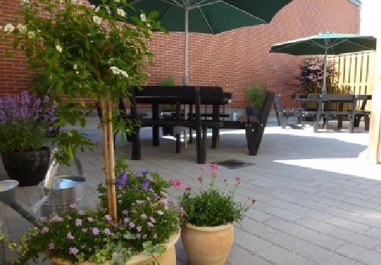 Danhostel Frederikshavn City: Cosy Yard with Barbeque Area