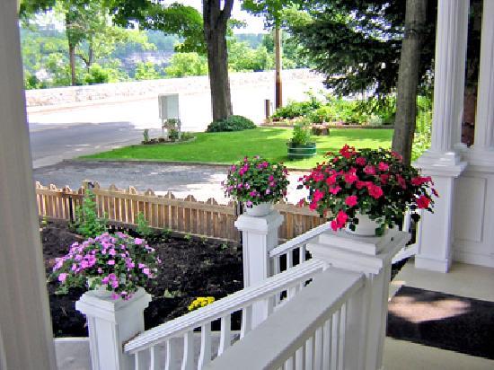 Accommodations Niagara Bed and Breakfast: Veranda