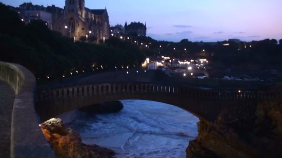 Côte des Basques: Scogliere di notte