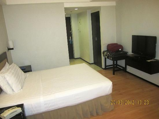 Mallberry Suites Business Hotel: ANother view of the room from the opposite side