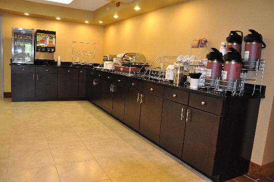 Quality Inn & Suites: Breakfast Area