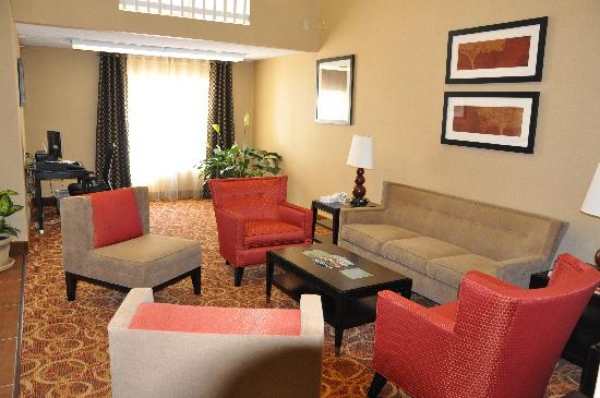 Quality Inn & Suites: Lobby Seating Area