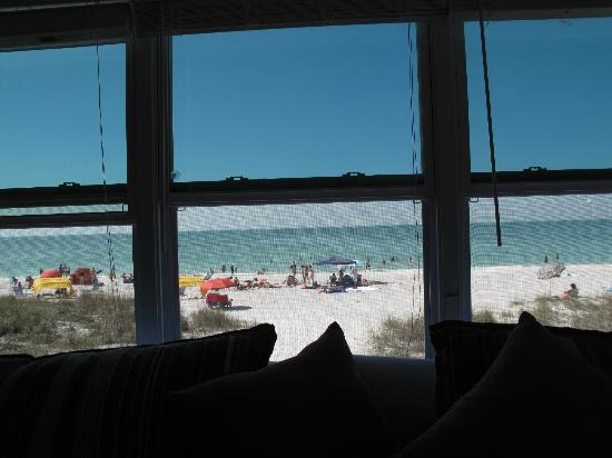 Schooner Hotel: Room 211-your view at NO extra charge-all 3 windows open and are screened!