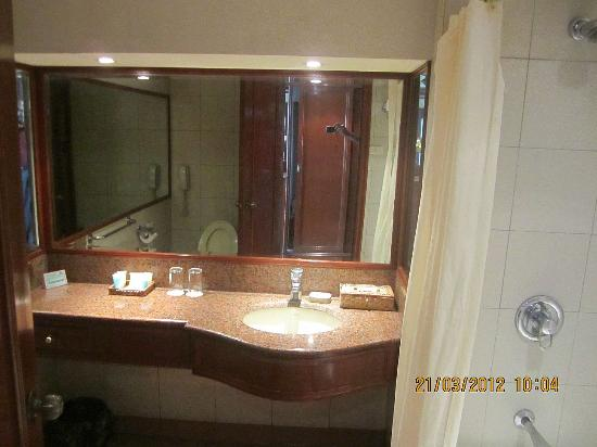 Grand Regal Hotel: View of the bathroom