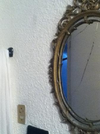 Villas Playa Paraiso, Tecolutla: Espejo roto del baño.