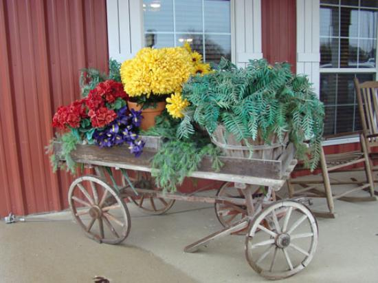 Farmhouse Restaurant: Beautiful wagon on the front porch