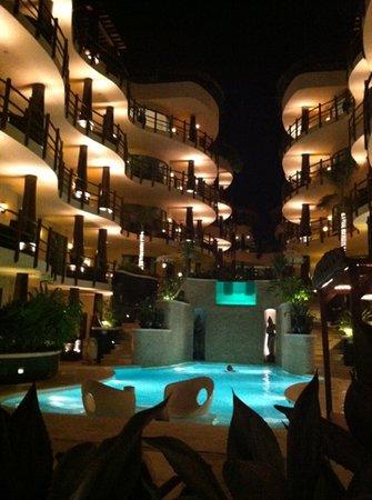 El Taj Oceanfront & Beachside Condos Hotel: El Taj at night