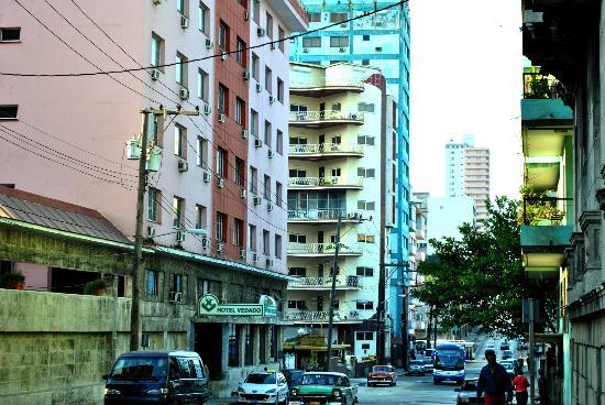 Vista del Hotel Vedado por la calle O