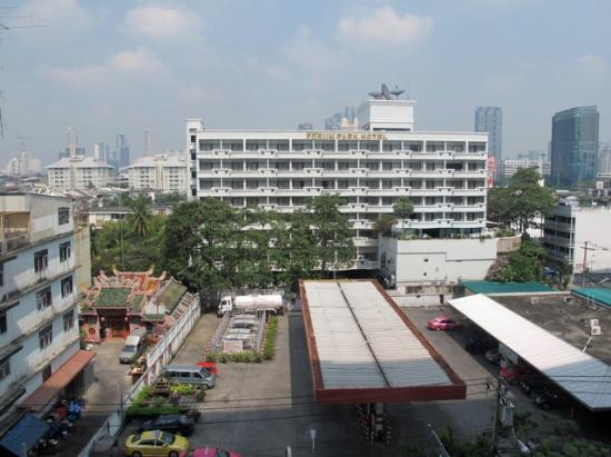 Forum Park Hotel: View of Hotel taken from building opposite (Chan Rd)