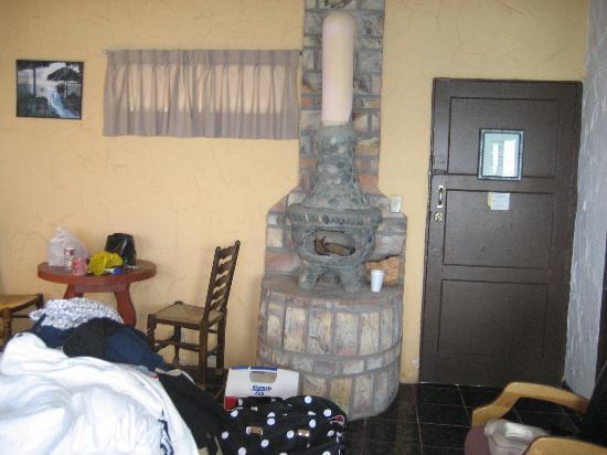La Fonda Hotel & Restaurant: dont suggest large logs during sleep time