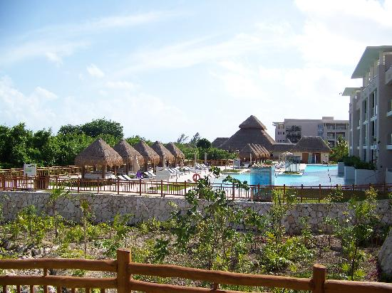 Paradisus Playa Del Carmen La Esmeralda: where the family side ends, and the adult side begins seperated by landscaping
