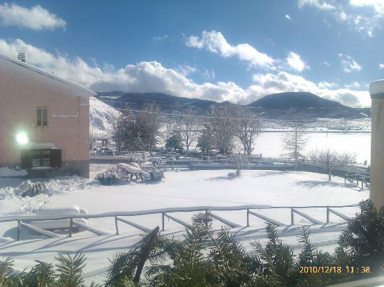 Pescocostanzo, Italia: area  esterna  all'agriturismo inverno