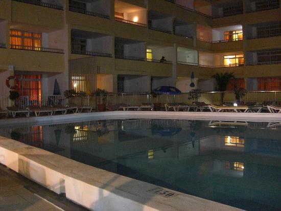 Apartamentos Amazonas: Pool at night