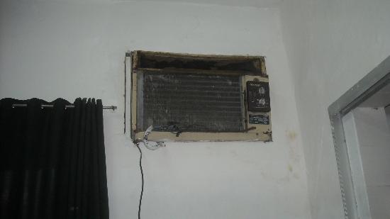 Hotel La Espanola: Ar condicionado do quarto, com mofo na parede.