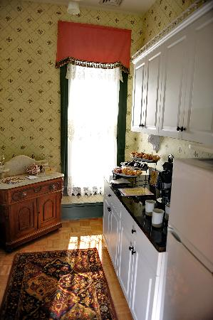 Hilltop Manor Bed and Breakfast: Guest Commissary