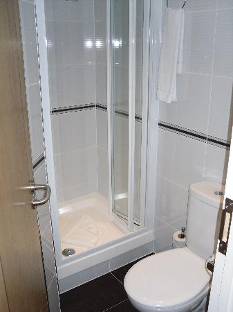 Comfort Inn Buckingham Palace Road: BAGNO
