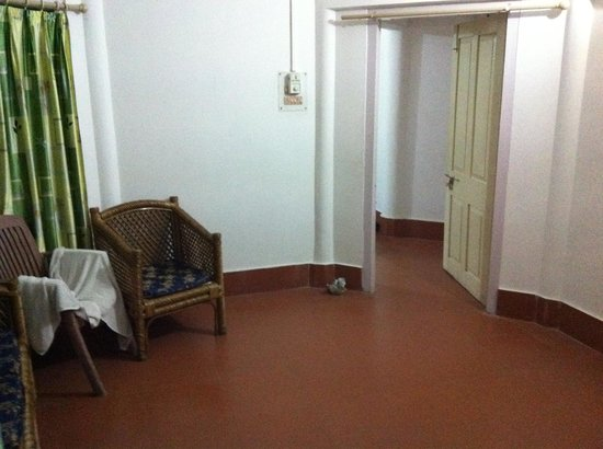 Bhalukpong, Индия: outside small room leading to the really big room