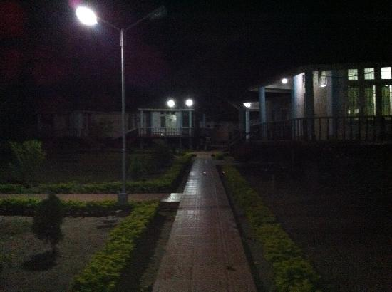 Bhalukpong Tourist Lodge: The cottages are in a semi circle row and outside area