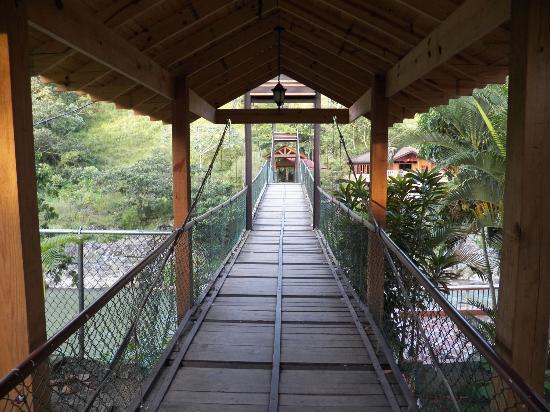 Hotel Gran Jimenoa: Puente que crusa el río hacia el karaoke