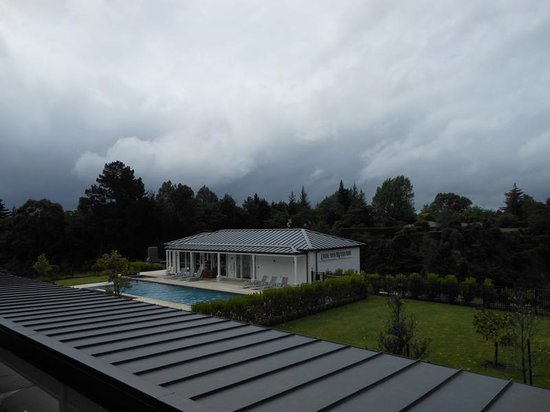 Hilton Lake Taupo: View overlooking pool