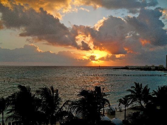 Hotel Riu Cancun: Sunset view from 349B