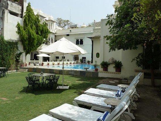 Hotel Mahendra Prakash : Pool Area
