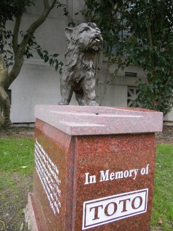 Toto s memorial picture of hollywood forever cemetery los angeles