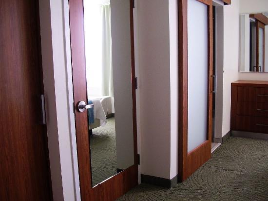 SpringHill Suites Houston NASA/Seabrook: Kleiderschrank zwischen Bad und WC