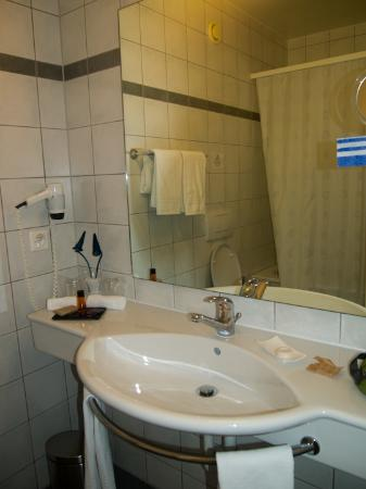 Hotel du Port: bathroom view