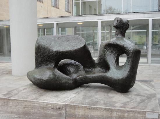 Kunsthaus Zurich : Henry Moore Sculpture